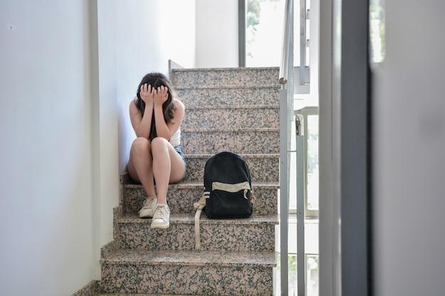 십대 소녀는 학교에 친구가 없습니다.