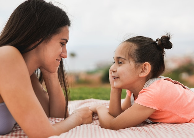 도시 공원에서 여동생과 즐거운 시간을 보내는 10대 소녀 - 가족 사랑