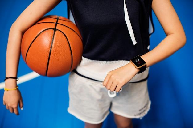 コートにバスケットボールをしている十代の少女
