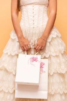 Девочка-подросток держит подарки на день рождения