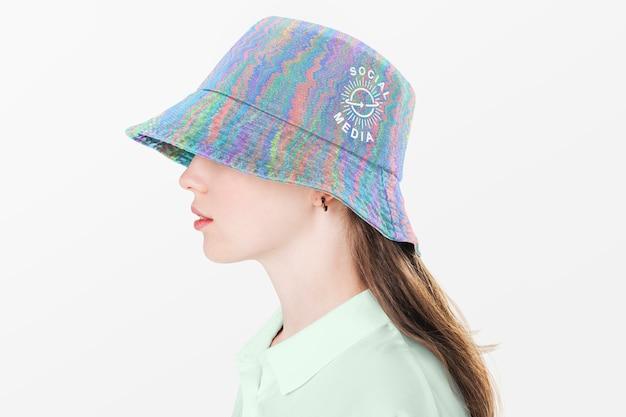 다채로운 양동이 모자에 십 대 소녀