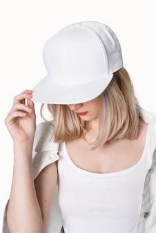 흰색 snapback 모자 스트리트 패션 촬영에서 십 대 소녀