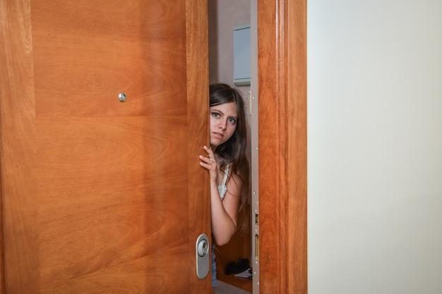 십 대 소녀는 집에서 두려워