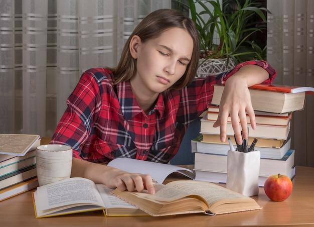 십 대 소녀는 그녀의 숙제를 하