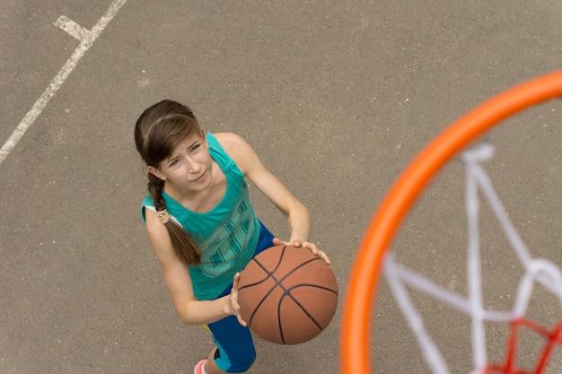バスケットボールのゲームをしている10代の少女