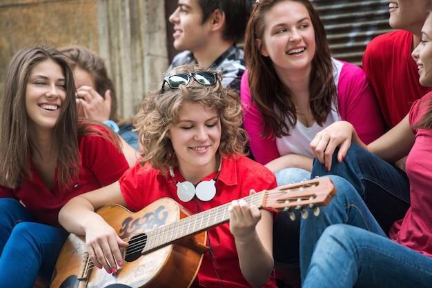ギターを弾く10代の少女