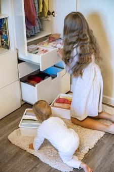 Девушка-подросток, закатавшая одежду, использовала метод мари кондос, кладя одежду в шкаф