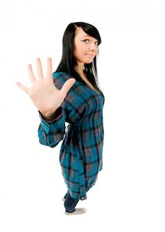 5本の指を見せる十代の女の子