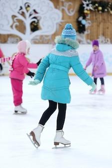 얼음에 십 대 소녀 스케이트