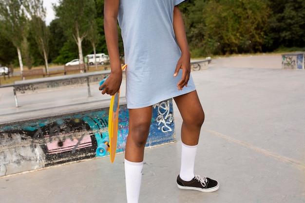 スケートリンクで屋外で時間を過ごす10代の少女