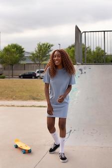 Adolescente che trascorre del tempo all'aperto sulla pista di pattinaggio