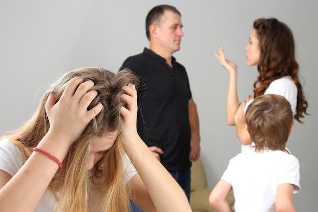 갈등 부모 때문에 화가 십 대 소녀