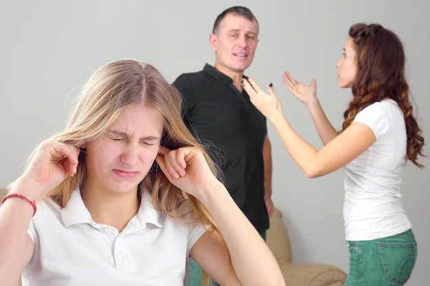 십대 소녀는 갈등하는 부모 때문에 속상해했습니다. 가정에서 부모와 자녀를 이해하는 관계의 문제