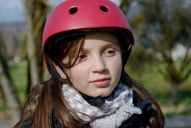 ローラースケートのヘルメットを着ている10代の少女。