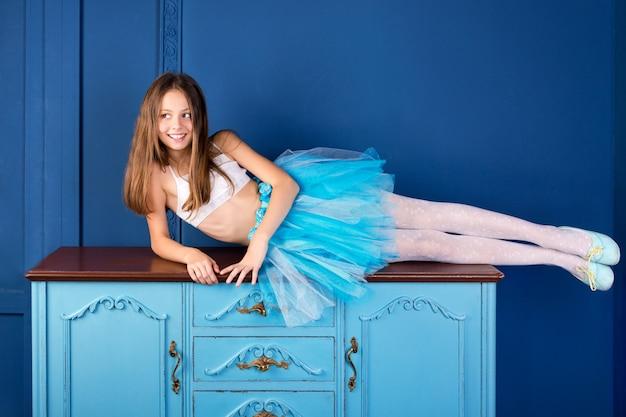 Девочка-подросток в юбке балетной пачки молодой балерины