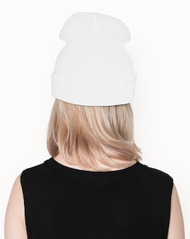 Adolescente in berretto bianco candida per street fashion shoot vista posteriore