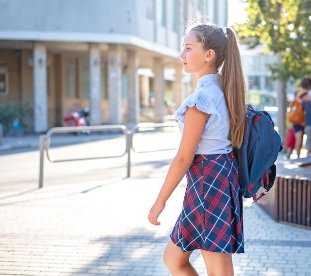배낭 십 대 소녀는 학교에 간다