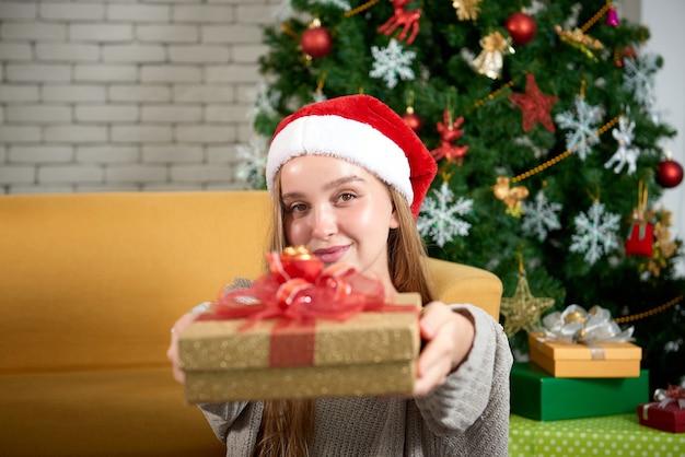 Девочка-подросток с рождественским подарком