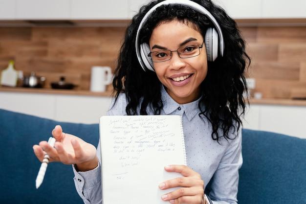 온라인 학교 기간 동안 헤드폰으로 십 대 소녀