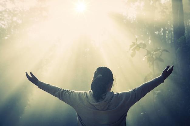 祈りと10代の少女。平和、希望、夢の概念。