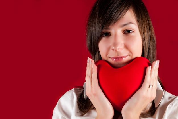 붉은 마음 장난감 십 대 소녀입니다. 발렌타인의 날 개념입니다. 내 마음을 주세요.