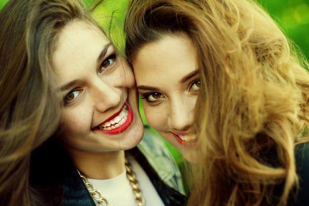 십대 소녀들, 야외에서 즐거운 시간을 보내고 있습니다. 행복한 여름 시간.