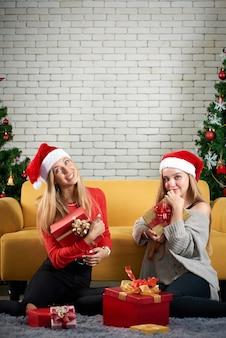Девочки-подростки с рождественскими подарками