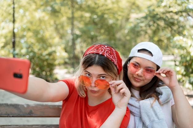 Selfieを取って眼鏡の10代の少女