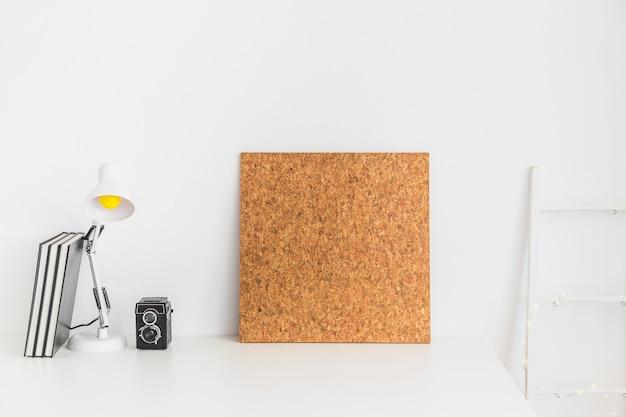 コルクボード付きの白い色の10代の作業スペース