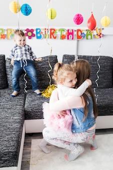 ティーンエイジャー、女の子、パーティー、抱擁