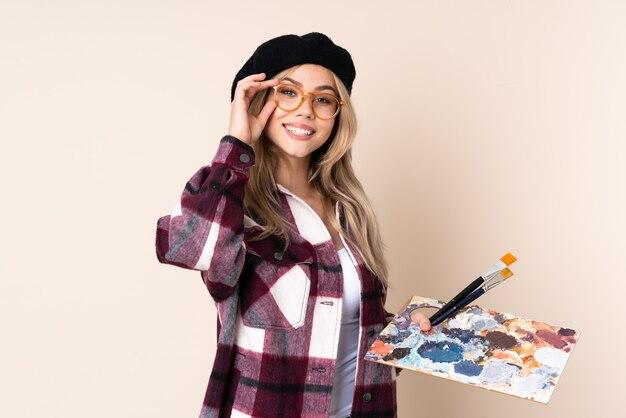 Девушка художника подростка, держащая палитру
