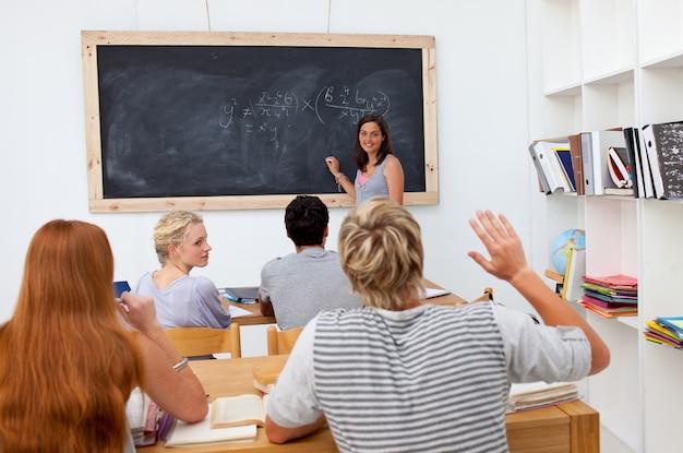 ティーンエイジャーがクラスで質問する