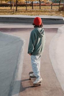 Подросток в скейтпарке