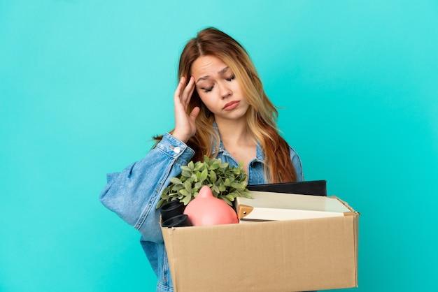 頭痛の種でいっぱいの箱を拾いながら動きをしているティーンエイジャーのブロンドの女の子