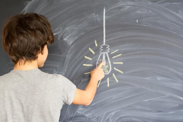 아이디어를 찾는 십 대 소년-다시 학교 교육 개념