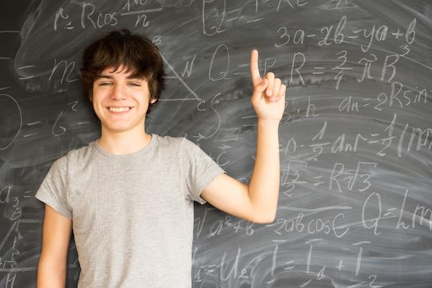 아이디어를 얻는 십 대 소년-다시 학교 교육 및 연구 개념