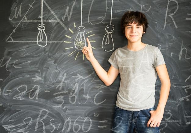 수학 공식으로 아이디어를 얻는 십 대 소년