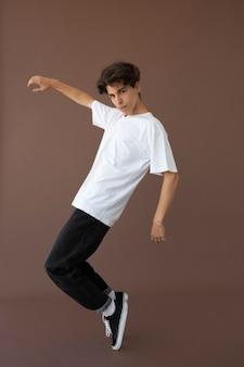포즈를 취하는 세련된 옷을 입은 10대 소년