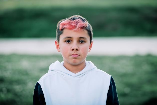 Мальчик-подросток с окрашенными волосами