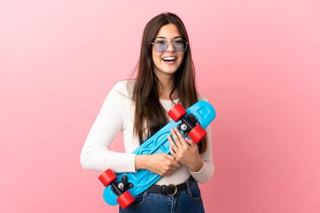 행복 한 표정으로 스케이트와 격리 된 배경 위에 십 대 브라질 소녀