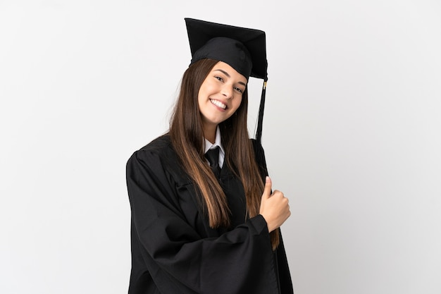 Подросток-выпускник бразильского университета на изолированном белом фоне показывает палец вверх