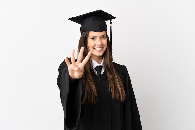 Подросток-выпускник бразильского университета на изолированном белом фоне счастлив и считает четыре пальцами