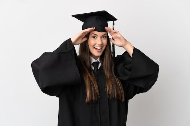Подросток-выпускник бразильского университета на изолированном белом фоне с удивленным выражением лица