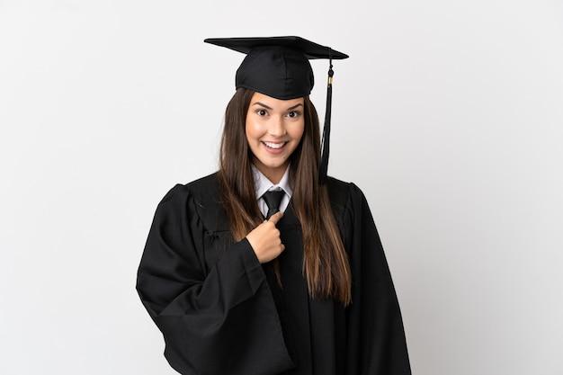 Выпускник бразильского университета-подростка на изолированном белом фоне с удивленным выражением лица