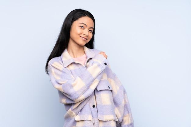 勝利を祝って青で孤立した10代の中国人女性