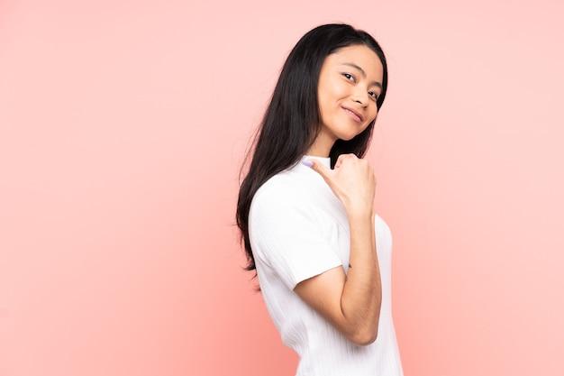 ピンクの誇りと自己満足で孤立した10代の中国人女性