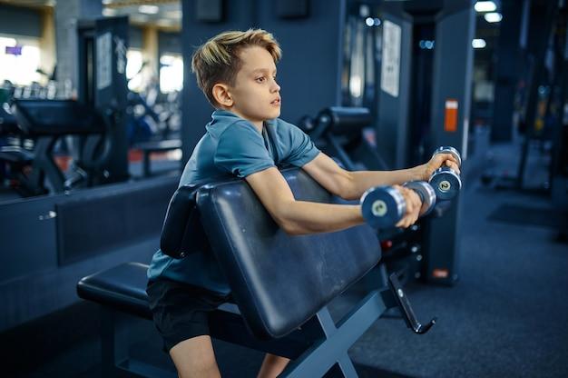 체육관, 측면보기에서에서 아령으로 운동을 하 고 십 대. 스포츠 클럽, 건강 관리 및 건강한 라이프 스타일 훈련, 운동 모범생, 낚시를 좋아하는 청소년