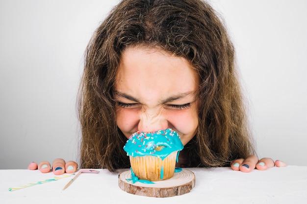 Adolescente mangiando muffin