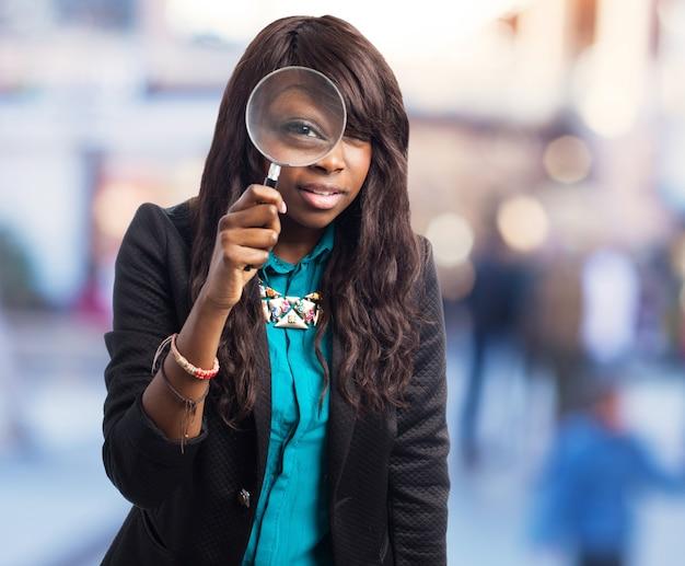 Adolescente esplorare con una lente di ingrandimento