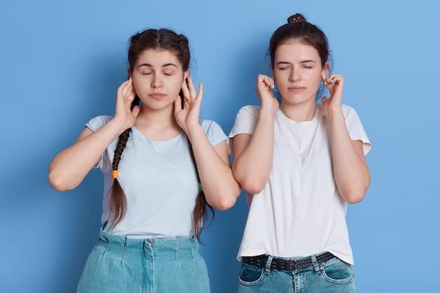 Друзья-подростки разочарованы и закрывают уши руками